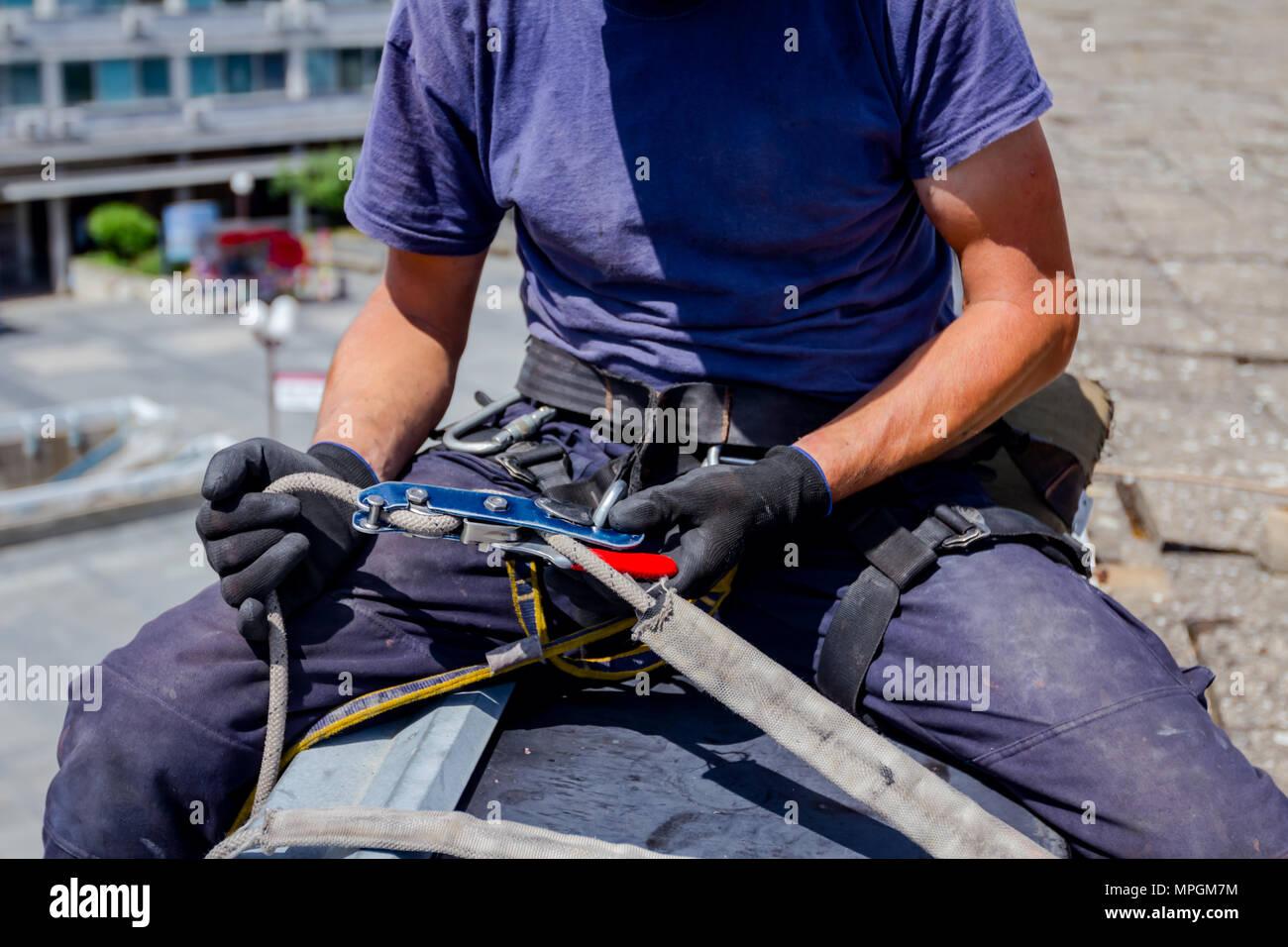 Kletterausrüstung Sicherung : Klettern sicherungsgerät mit rotem seil lizenzfreie fotos bilder