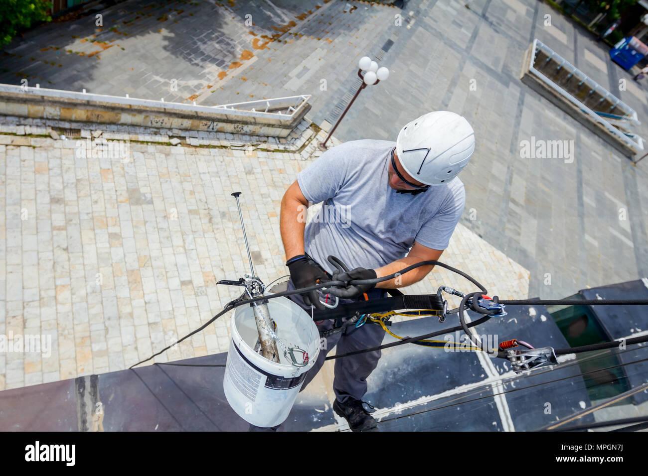 Kletterausrüstung Prüfen : Industriekletterer alpinisten passt die kletterausrüstung