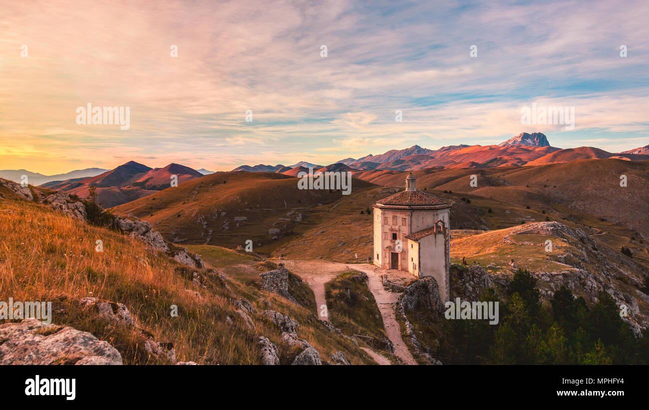 Rocca Calascio ist ein relativ unbekanntes Ziel der meisten Touristen. Es ist nicht so in die Nähe einer der größten Städte, etwa zwei Stunden östlich von Rom. Stockbild