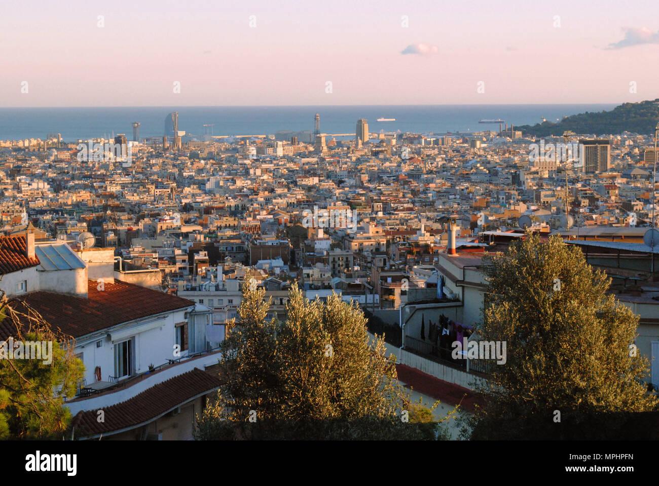 Die Skyline von Barcelona fotografiert kurz vor Sonnenuntergang. Stockbild