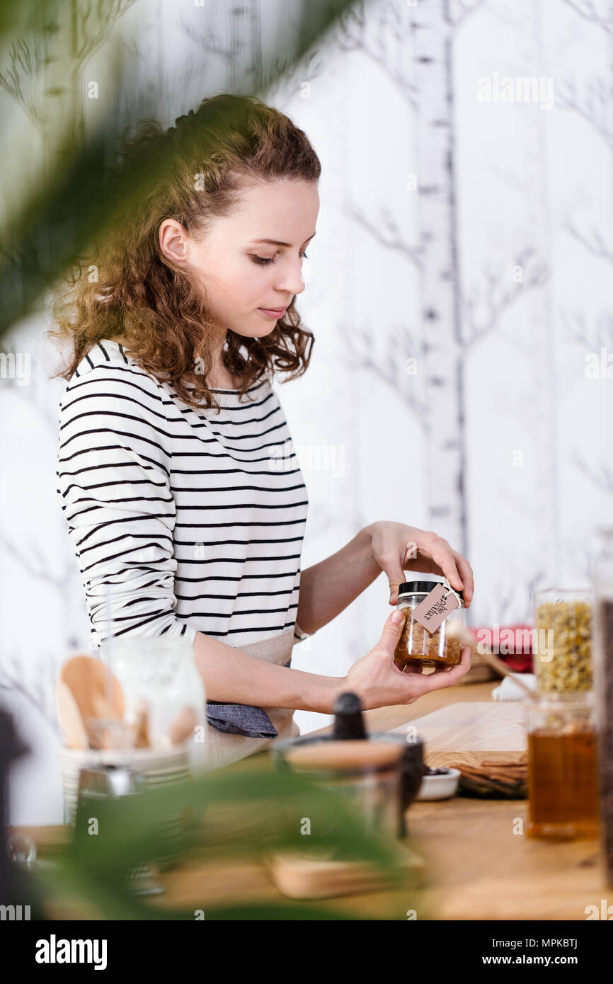 Verkäuferin Holding ein Glas mit bio Produkt aus natürlichen Rohstoffen Stockfoto
