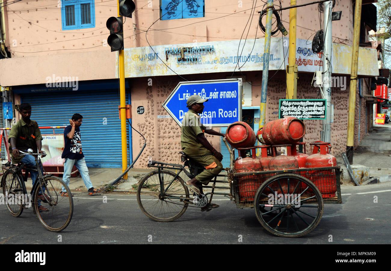 transport von gasflaschen auf einen zyklus rikscha stockfoto bild 186058889 alamy. Black Bedroom Furniture Sets. Home Design Ideas