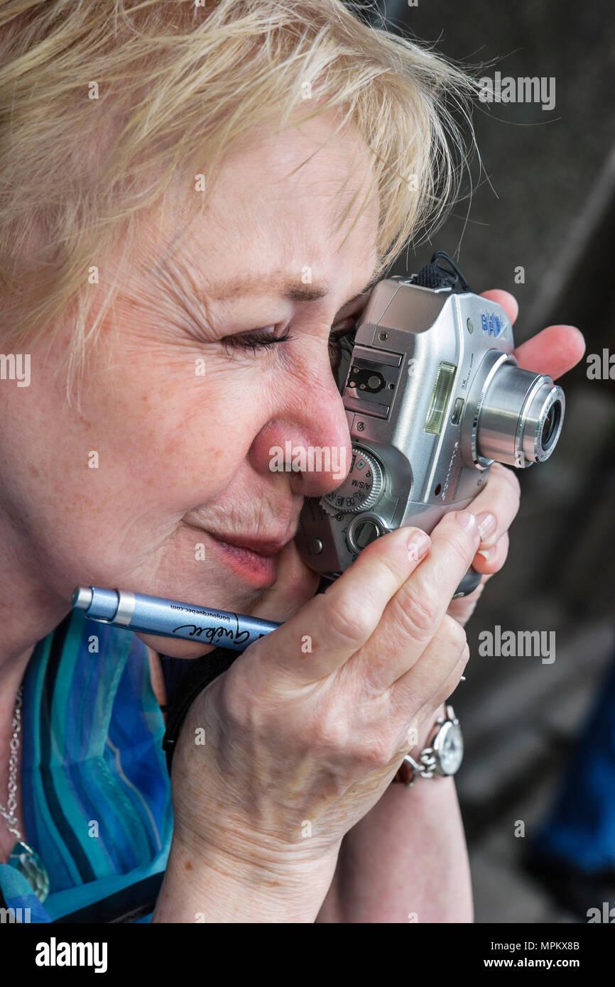 Montreal Kanada ältere weibliche Travel Writer Gay Martin Digitalkamera pen Zuordnung fotografieren Stockbild