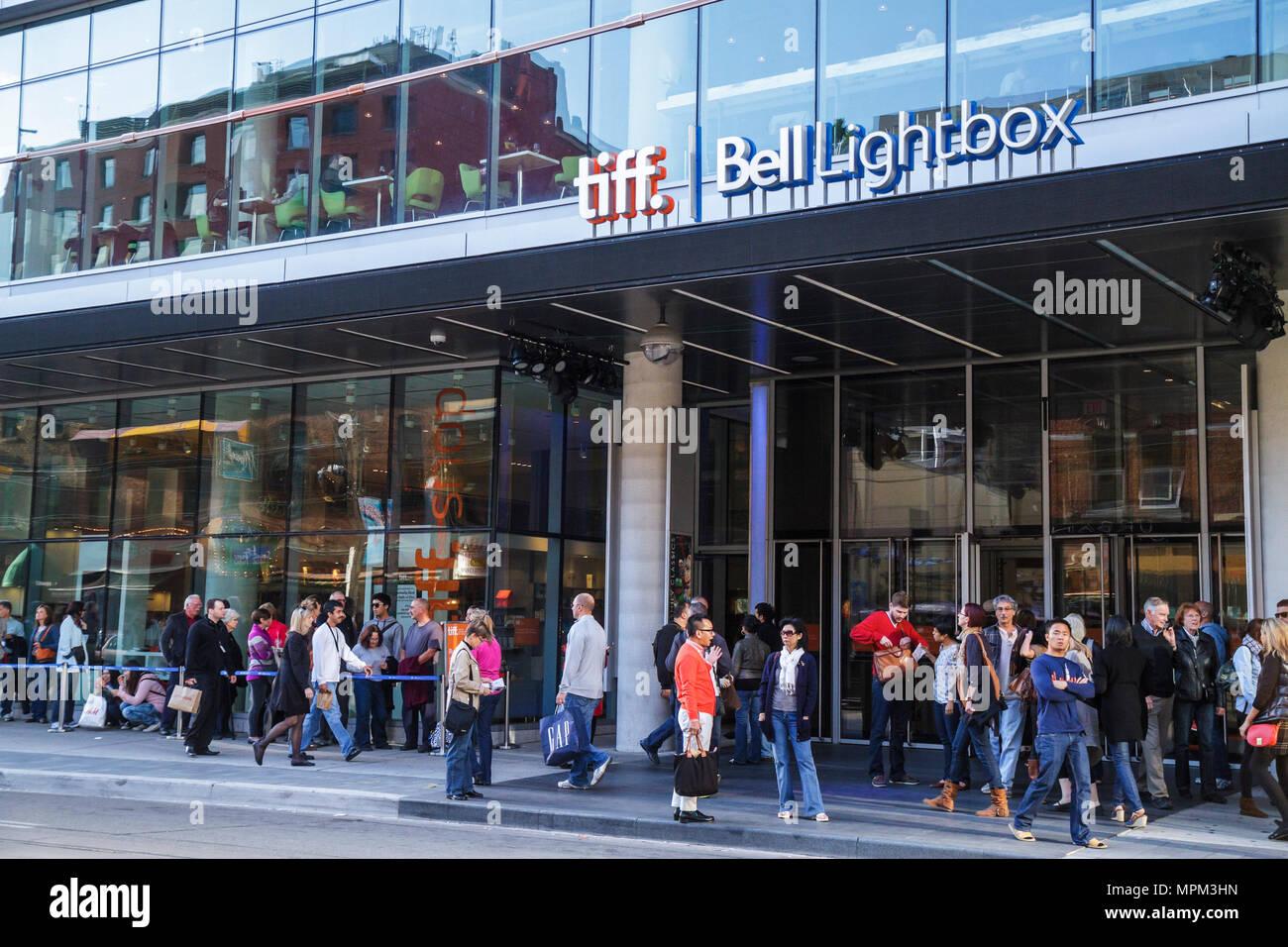 Toronto Kanada Ontario King Street West TIFF Bell Lightbox Toronto International Film Festival Veranstaltungsort überfüllt Eingang Linie Stockbild