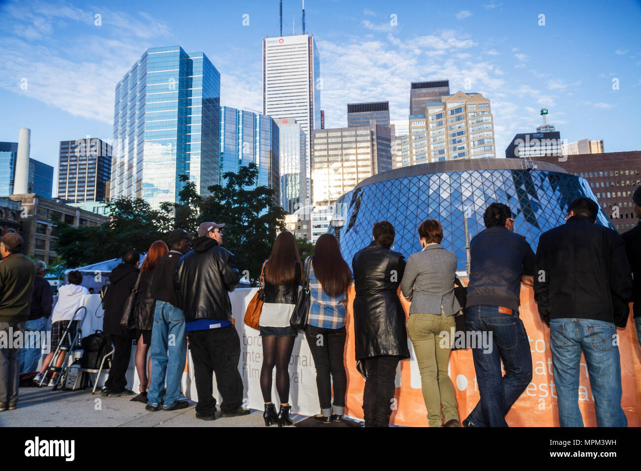 Toronto Kanada Ontario Metro Hall Plaza Autogramm Suchende während TIFF Toronto International Film Festival Roy Thomson Hall Finan Stockbild
