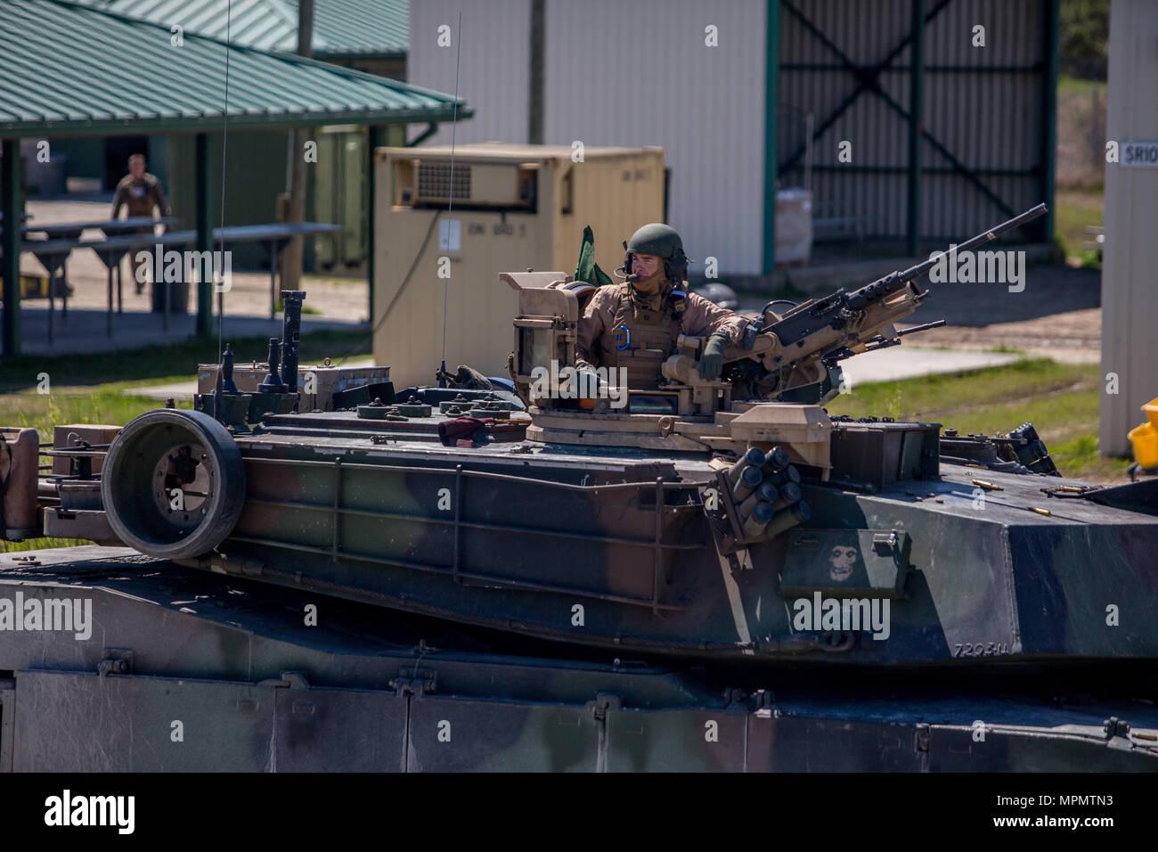 Major General John K. Liebe sitzt auf einem M1A1 Abrams Panzer in Camp Lejeune, N.C., April 5, 2017. Liebe Zeit für die Interaktion mit den Marines der Bravo Company, 2. Tank Bataillon beim Steuern eines Tanks und seiner verschiedenen Waffensystemen. Liebe ist der kommandierende General des 2nd Marine Division. (U.S. Marine Corps Foto von Sgt. Anthony Mesa) Stockfoto
