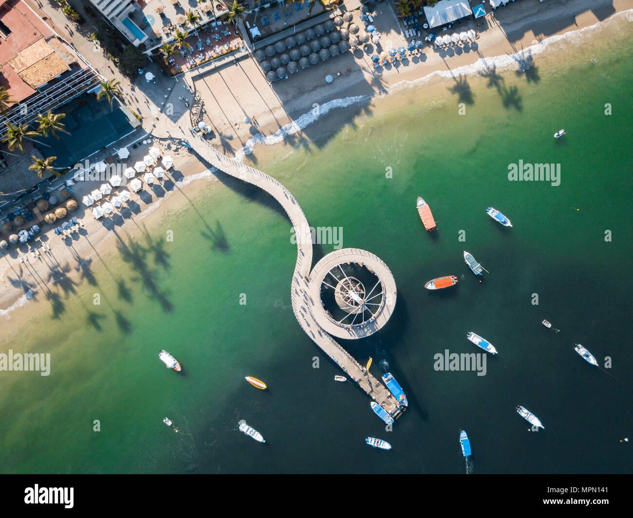 Mexiko, Jalisco, Luftaufnahme am Strand Los Muertos und Pier in Puerto Vallarta Stockbild