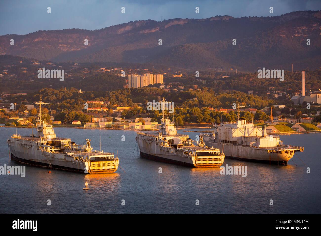 Sonnenaufgang über verankert, eingemottet Schiffe der französischen Marine in Toulon, Côte d'Azur, Frankreich Stockbild