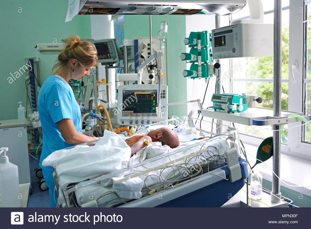 intensivstation krankenschwester in der n he von hospital. Black Bedroom Furniture Sets. Home Design Ideas