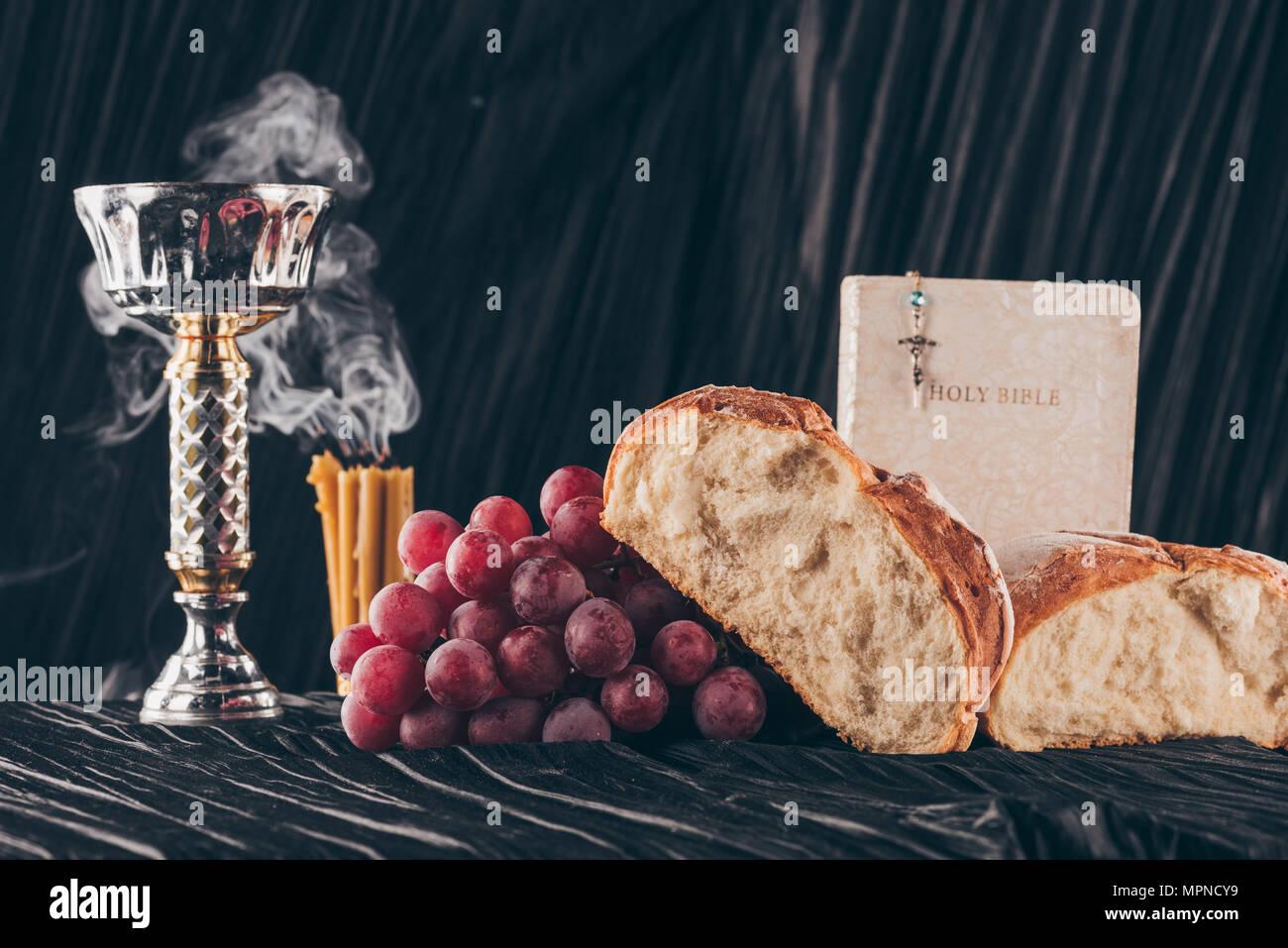 Christliche Kerzen.Brot Kerzen Kelch Und Christliche Kreuz Auf Dunklen