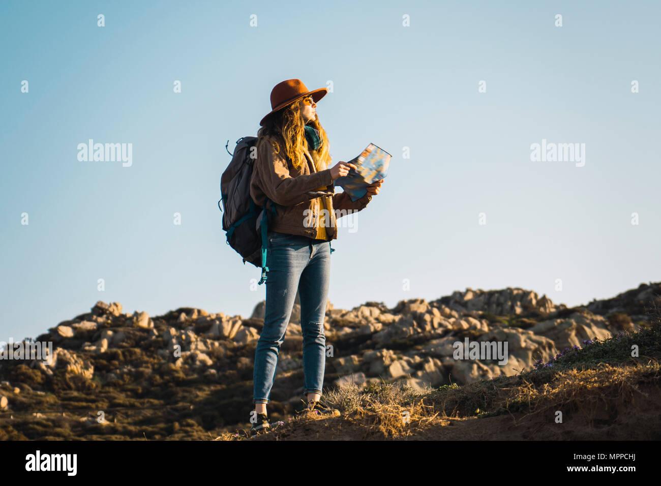 Italien, Sardinien, Frau mit Karte auf eine Wanderung Stockfoto