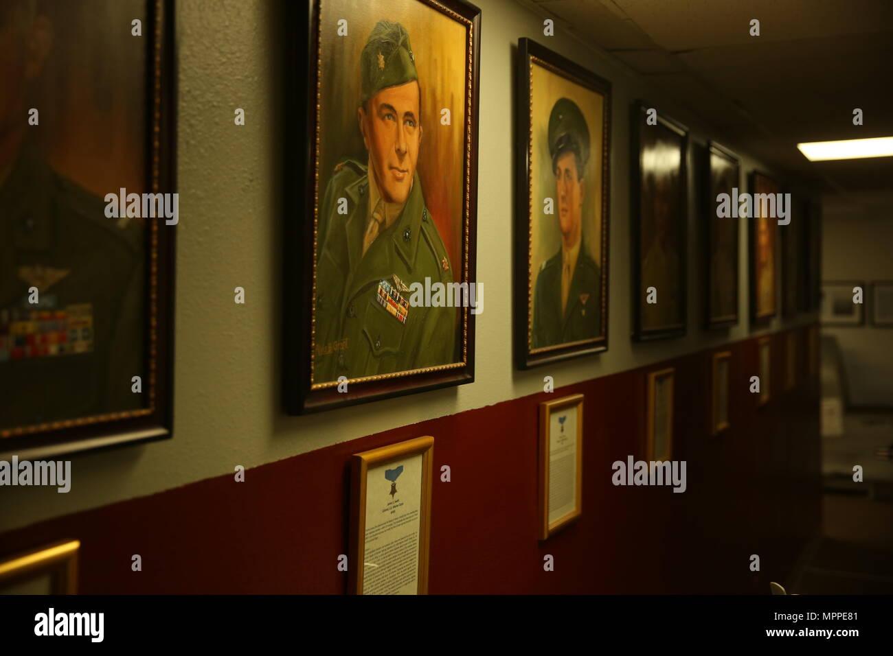 Der Fliegende Leatherneck Aviation Museum zeigt mehrere Porträts, darunter dieses Gemälde von Weltkrieg II Marine Corps Jagdflieger Oberst James E. Swett, eine Ehrenmedaille Empfänger. Der Fliegende Leatherneck ist der einzige Marine Corps Aviation Museum und wurde am 1. April 1999 gegründet. (U.S. Marine Corps Foto von Sgt. David Bickel/Freigegeben) Stockfoto