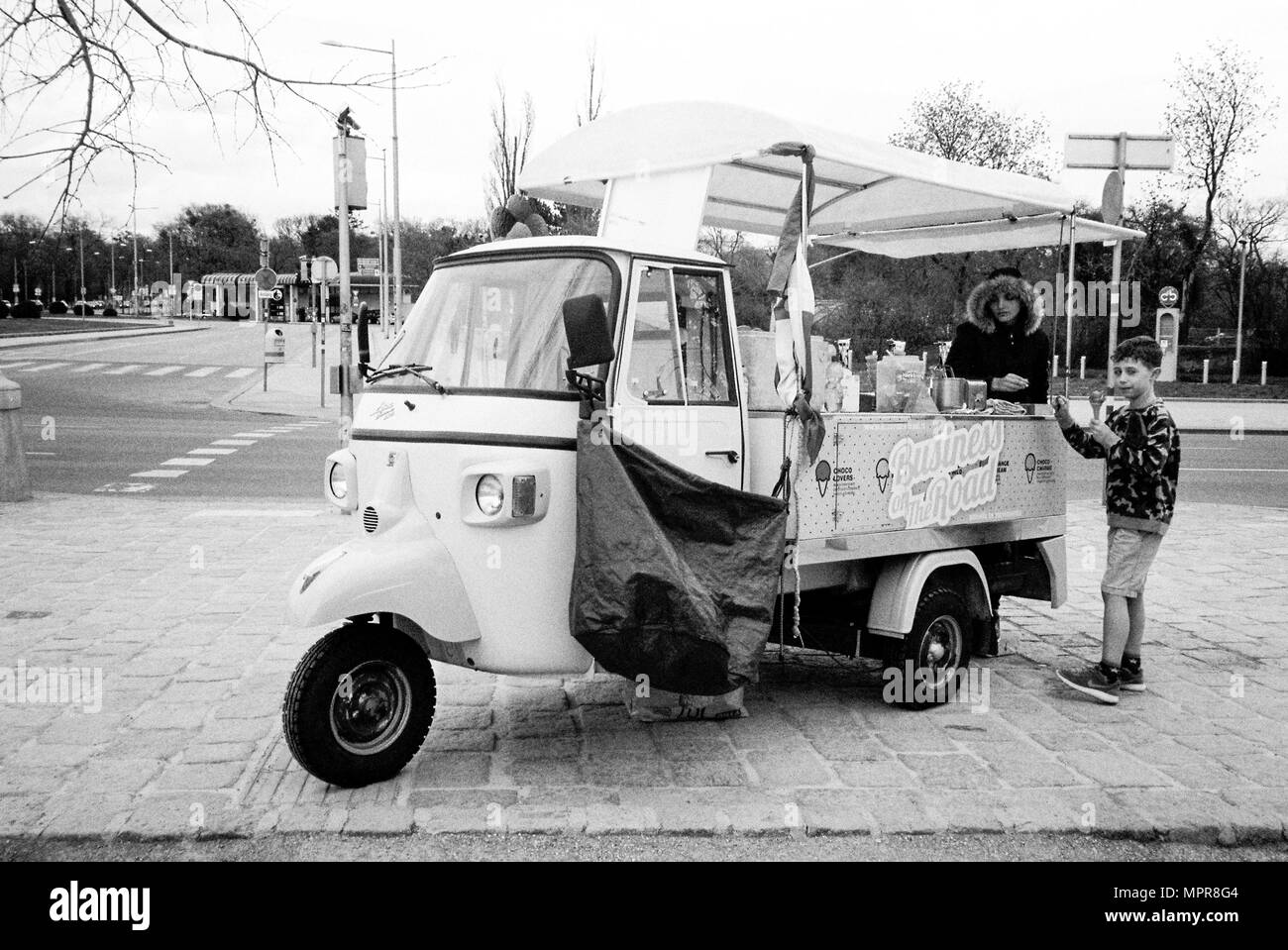 vintage ice cream vendor stockfotos vintage ice cream. Black Bedroom Furniture Sets. Home Design Ideas