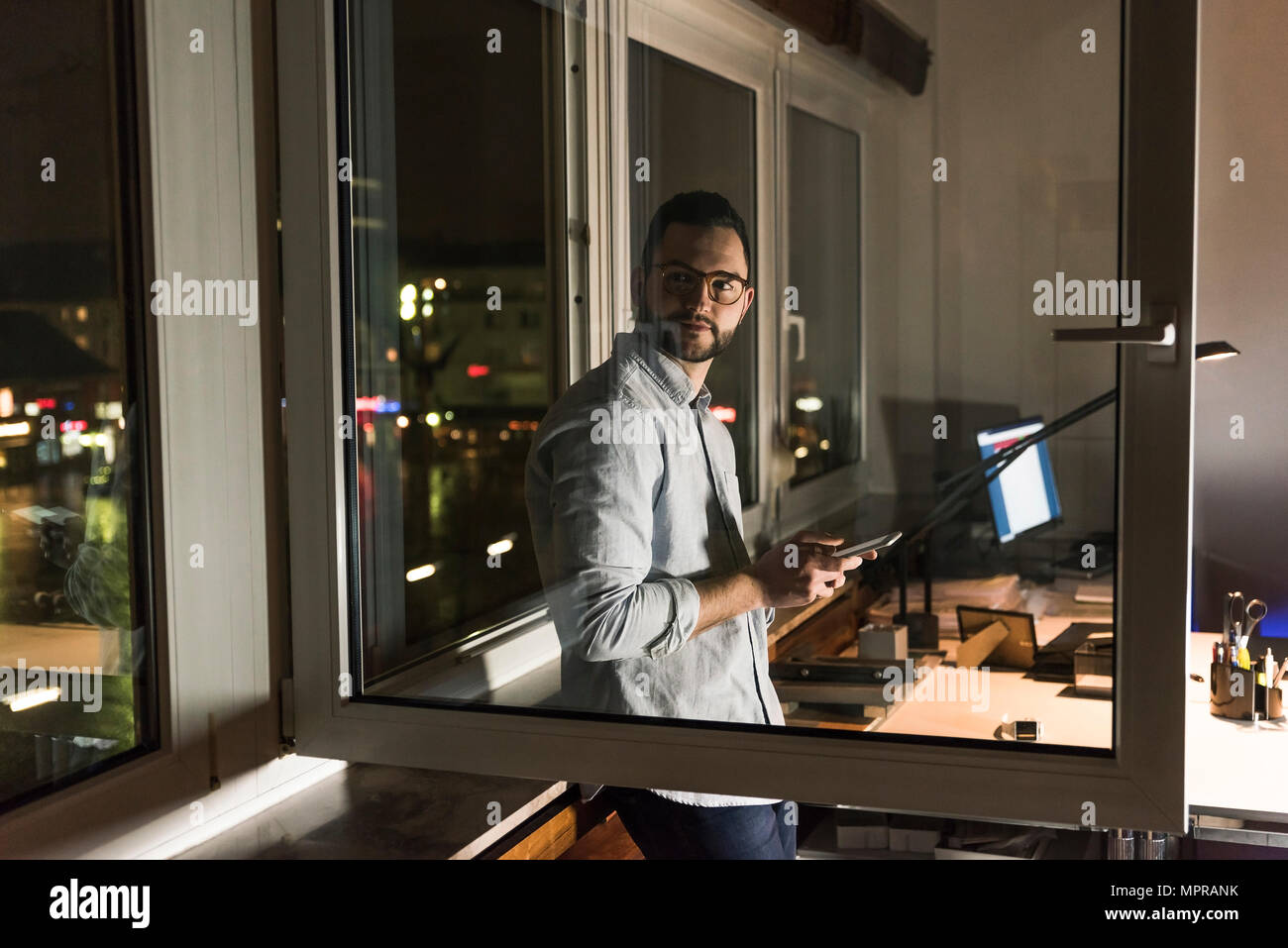 Portrait von Unternehmer zu spät in die Arbeit im Büro Stockfoto