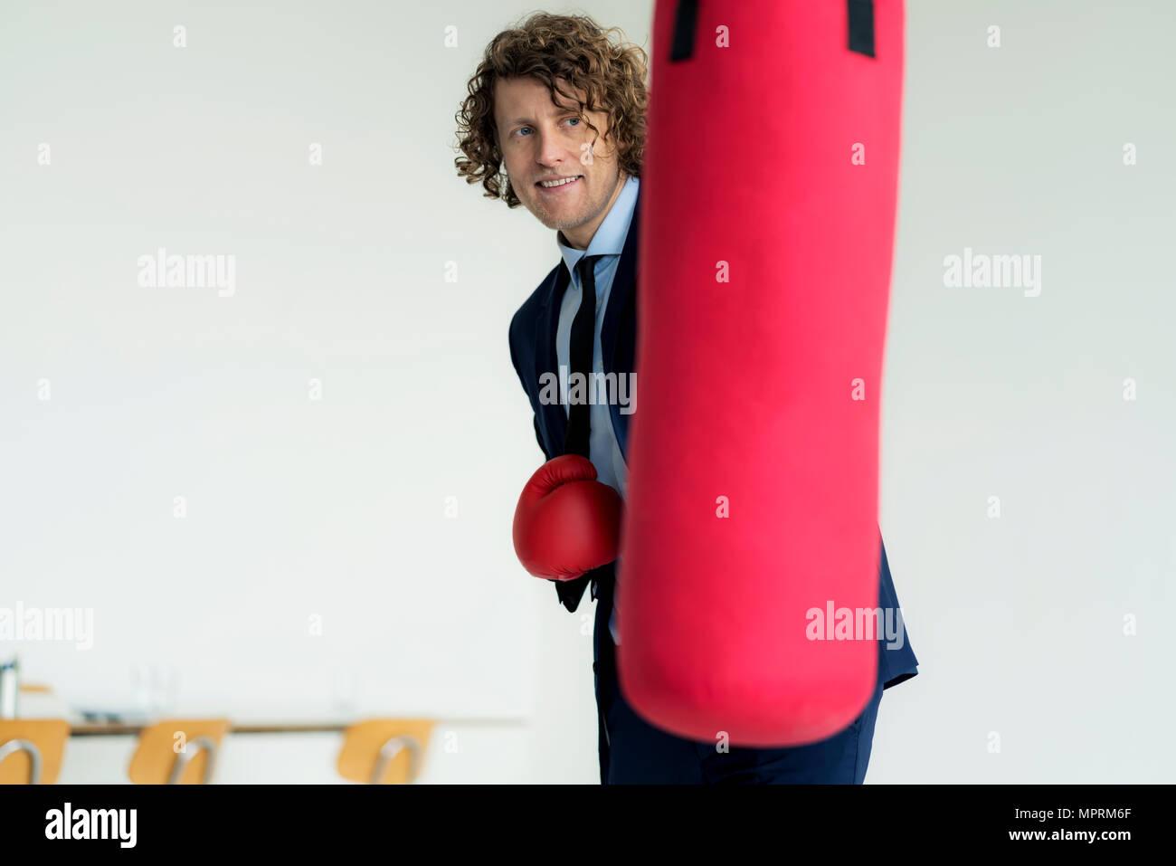 Betonte Unternehmer Schlagen Boxsack Mit Boxhandschuhen In Seinem