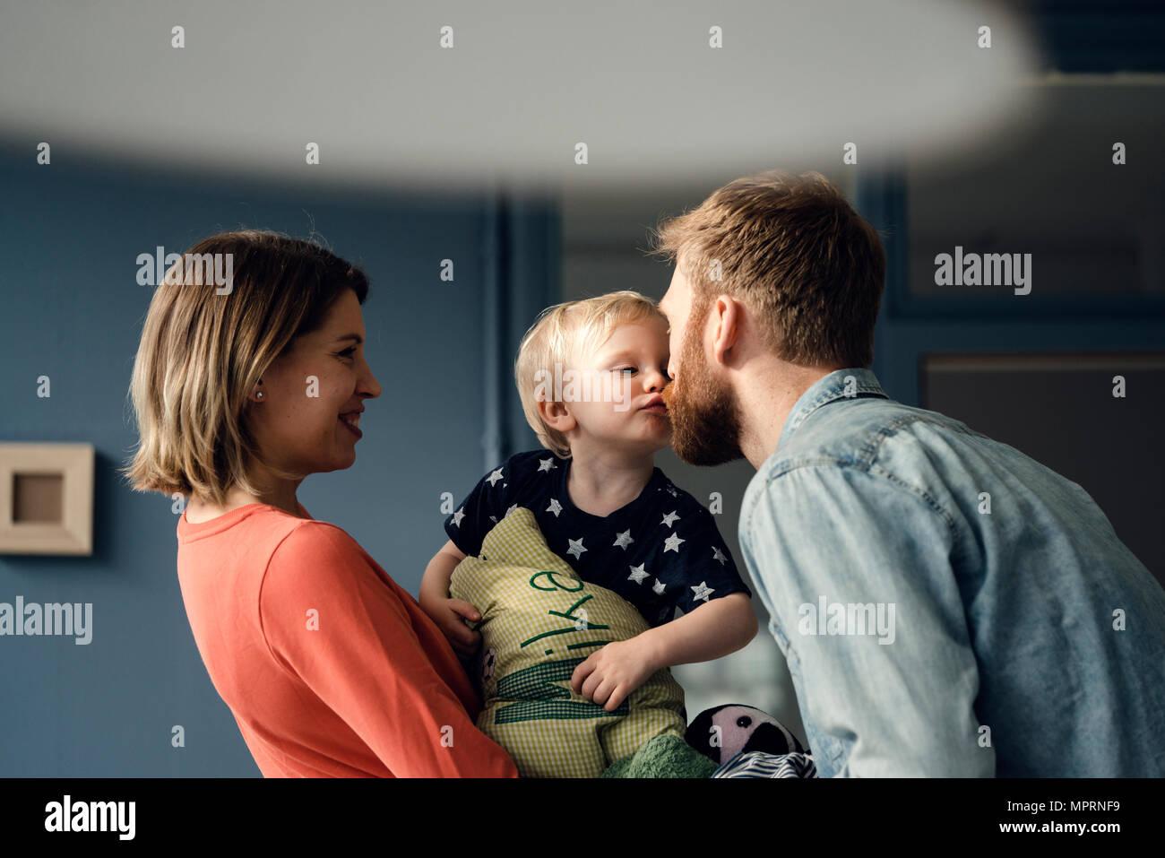 Happy Family spielen mit ihren Sohn zu Hause Stockfoto