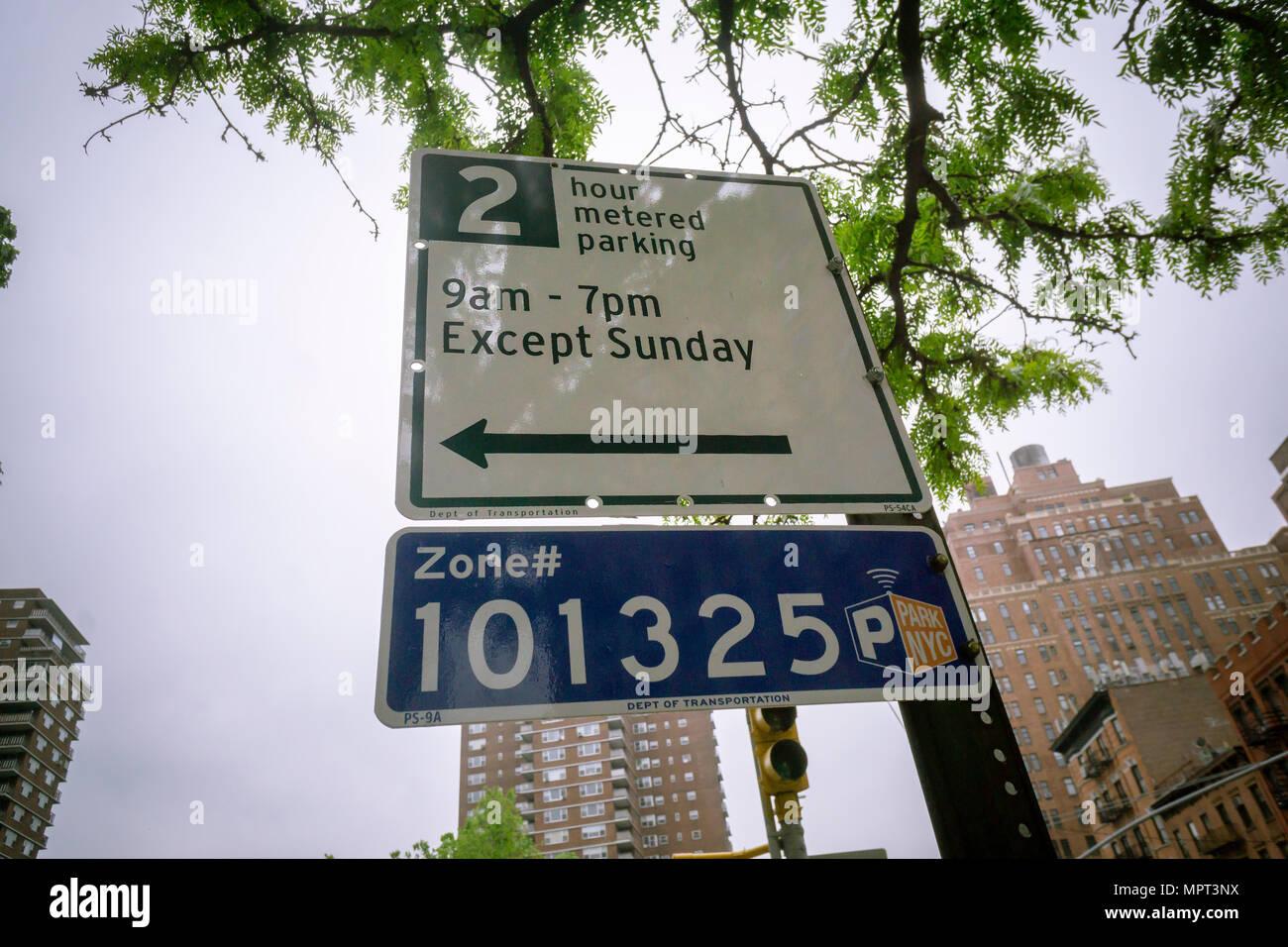 Straßenschilder im New Yorker Stadtteil Chelsea Autofahrer der Zeit Einschränkungen auf der Parkplätze mit Parkuhren Flecken auf Donnerstag, den 17. Mai 2018. Die New York Abt. der Transport hat heute bekannt gegeben, dass Parkplätze mit Parkuhren Preise bis zum Ende des Jahres steigen wird. (© Richard B. Levine) Stockfoto