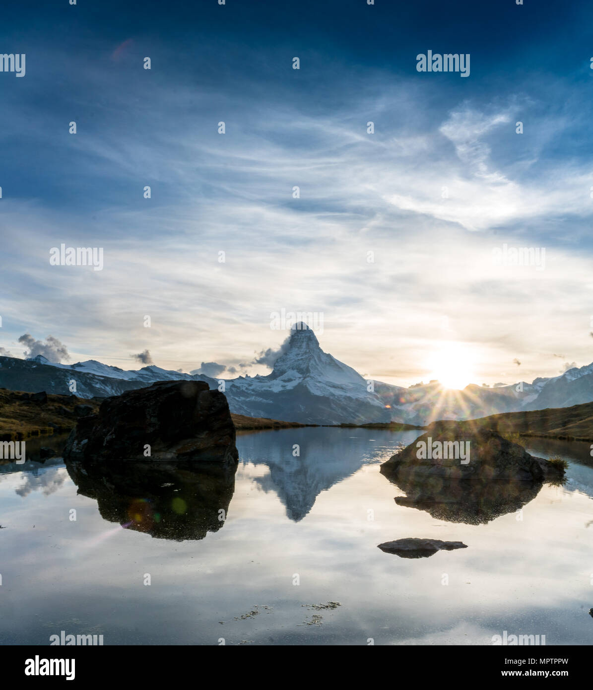 Sonnenuntergang am Matterhorn mit Reflexion in Stellilake am späten Nachmittag Stockbild
