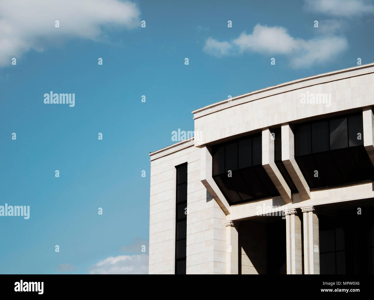 Zeitgenössische Architektur. Gebäude und Sky. Gebäude. Modernes Gebäude. Gebäude Hintergrund. Architektonischen Hintergrund. Architektur. Stockbild