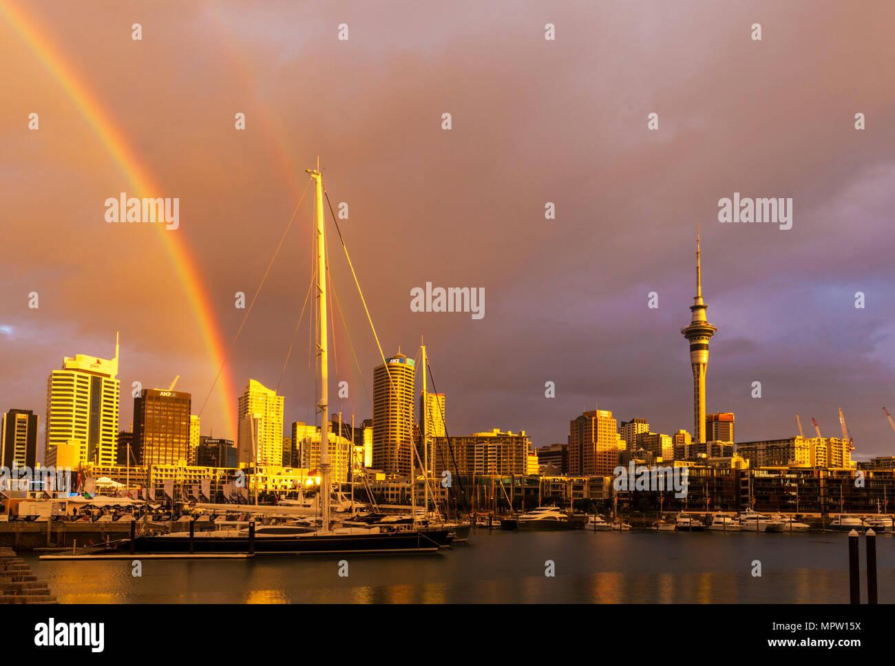 Neuseeland Auckland Neuseeland North Island rainbow nach Regen Sturm über den Hafen von Auckland Waterfront seltsame Farbe sky stürmischen Himmel Auckland, NZ Stockbild