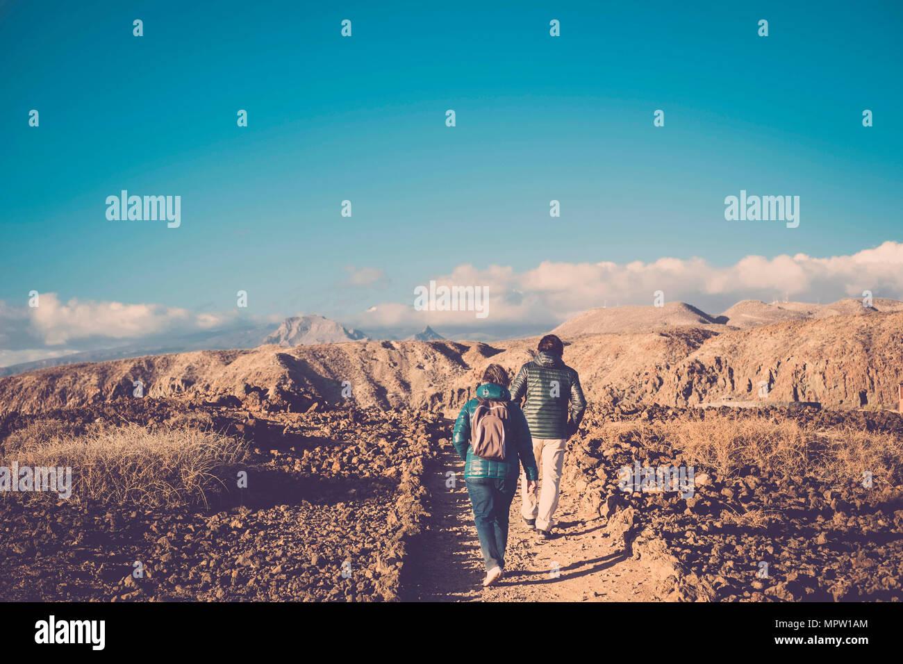 Ältere Mutter und 45-jährige Sohn verbringen die Zeit zusammen zu Fuß auf einem isolierten Pfad Stockbild