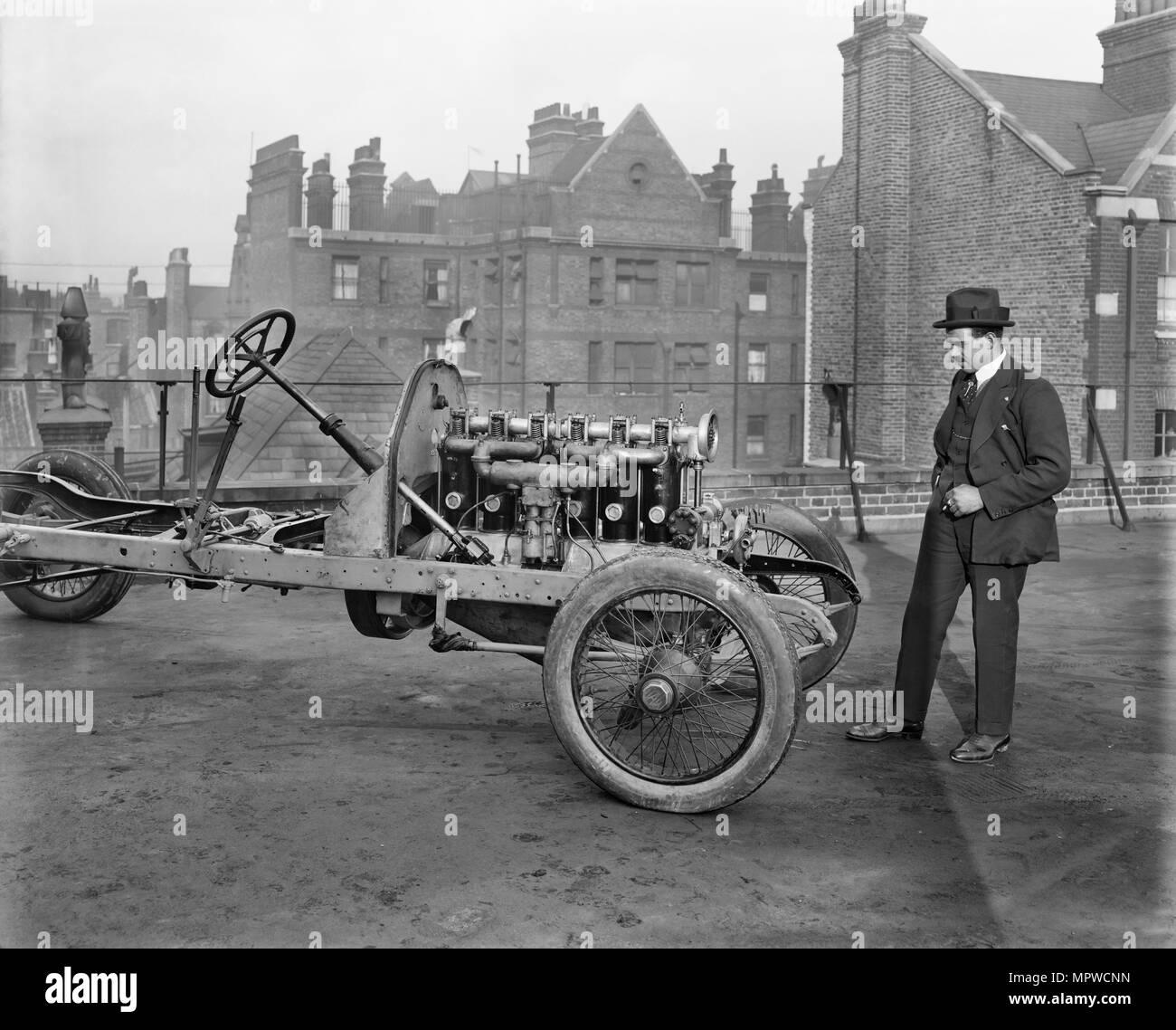 Italienische Rennfahrer Giulio Foresti mit dem Chassis eines Autos, London, 1918-1919. Artist: Bedford Lemere und Unternehmen. Stockbild