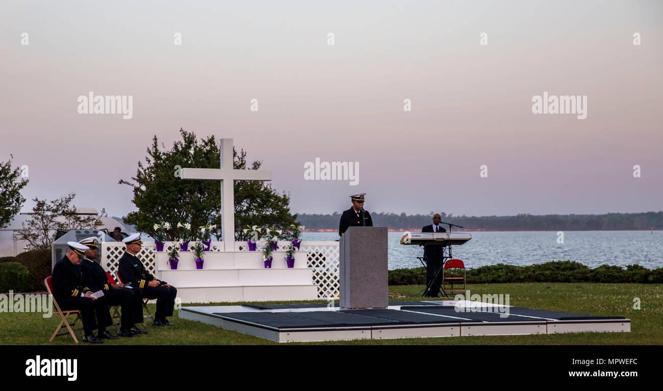 U.S. Navy Lt. j.g. Mercedes M. Speller, Kaplan, Hochschulseelsorger religiöse Bereicherung Entwicklung Betrieb, liefert das Anfangsgebet während der jährlichen Easter Sunrise Zeremonie, Camp Lejeune, N.C., 16. April 2017. Jedes Jahr das Marine Corps Installationen Osten Kaplan hosts Die Easter Sunrise Zeremonie für die Marines und Seeleute, ihre Familien zu bringen und das Osterfest feiern. (U.S. Marine Corps Foto von Lance Cpl. Ashley D. Gomez) Stockbild