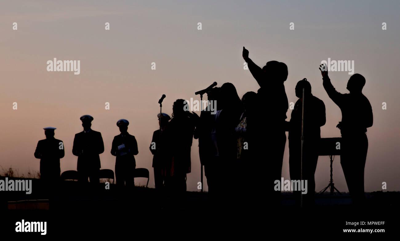 Eine Familie singt Lieder zusammen während der jährlichen Easter Sunrise Zeremonie, Camp Lejeune, N.C., 16. April 2017. Jedes Jahr das Marine Corps Installationen Osten Kaplan hosts Die Easter Sunrise Zeremonie für die Marines und Seeleute, ihre Familien zu bringen und das Osterfest feiern. (U.S. Marine Corps Foto von Lance Cpl. Ashley D. Gomez) Stockbild