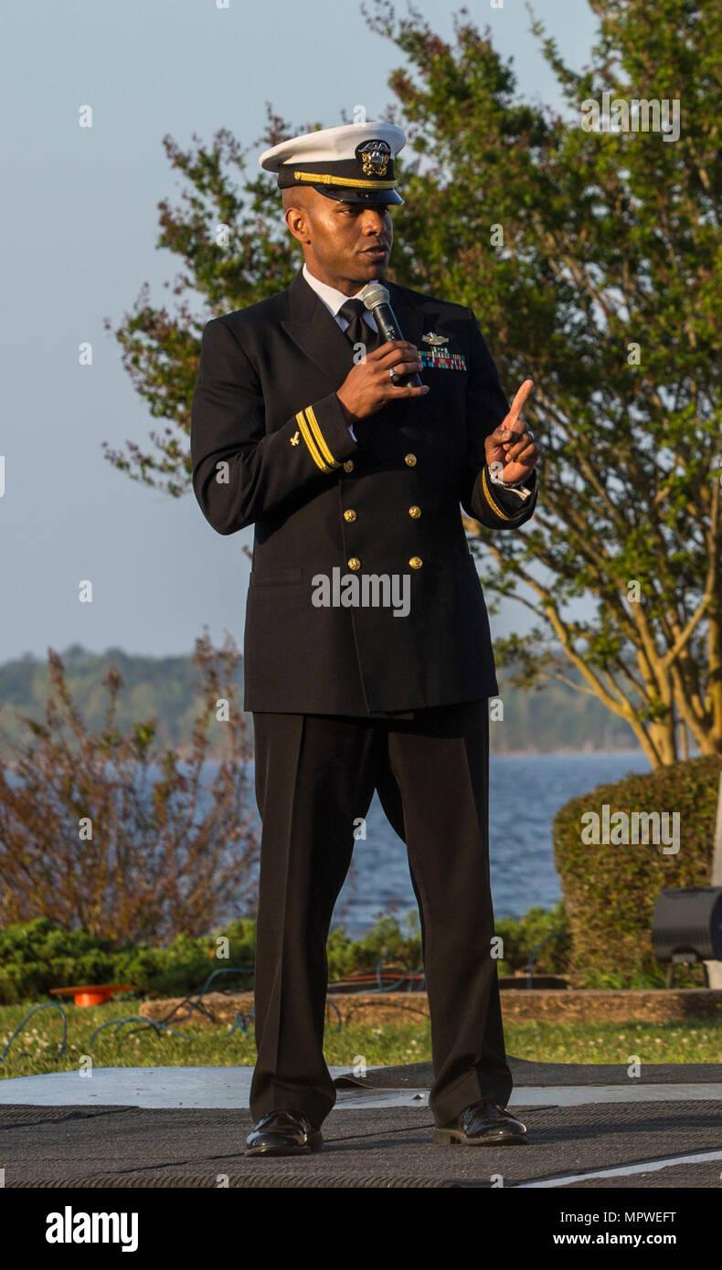 U.S. Navy Leutnant Keith M. Carter, regimental Kaplan, Marine Corps Forces Special Operations Command, gibt das abschließende Gebet während der jährlichen Easter Sunrise Zeremonie, Camp Lejeune, N.C., 16. April 2017. Jedes Jahr das Marine Corps Installationen Osten Kaplan hosts Die Easter Sunrise Zeremonie für die Marines und Seeleute, ihre Familien zu bringen und das Osterfest feiern. (U.S. Marine Corps Foto von Lance Cpl. Ashley D. Gomez) Stockbild