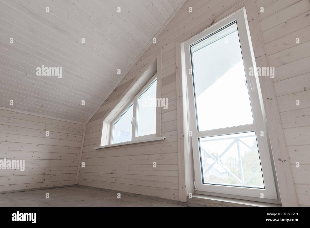 Leere wei e neue holzhaus innenraum dachgeschoss zimmer mit fenster und balkont r stockfoto - Balkontur mit fenster verbinden ...
