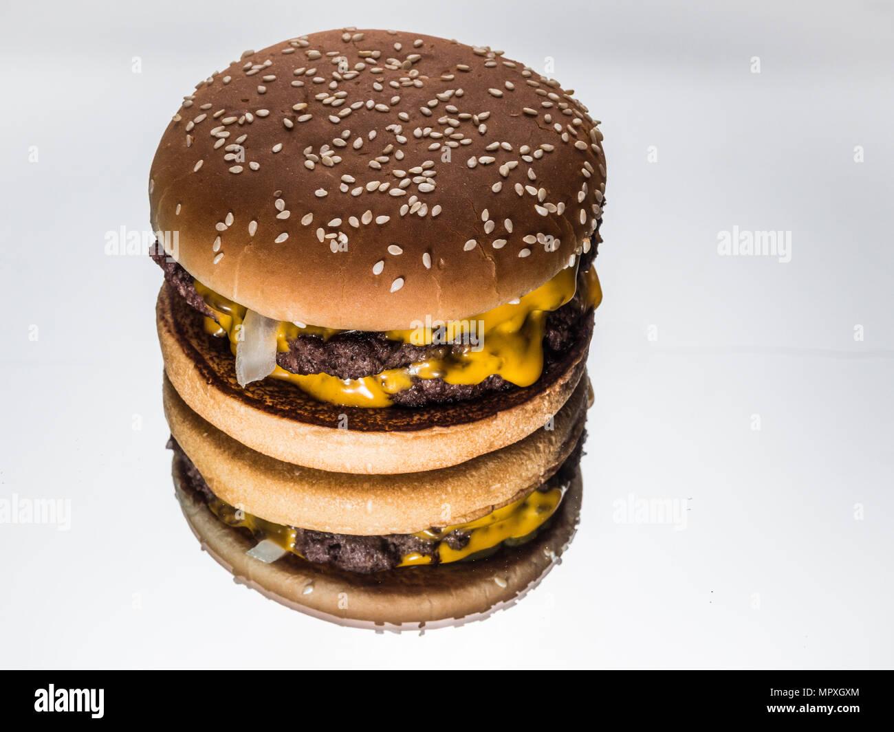 Doppel pattie Hamburger auf Spiegel Stockbild