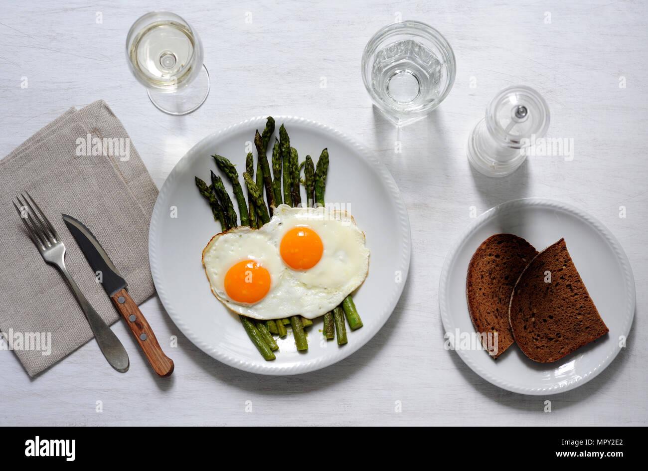 Ansicht von oben Frühstück mit Getränken am Tisch serviert Stockfoto