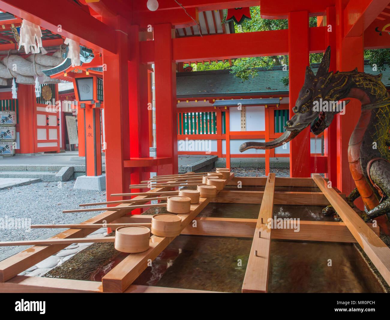 Chōzuya oder Temizuya Wasseraufbereitung Brunnen bei Kumano Hayatama Taisha, Weltkulturerbe Schrein, Shingu, Präfektur Wakayama, Japan Stockfoto