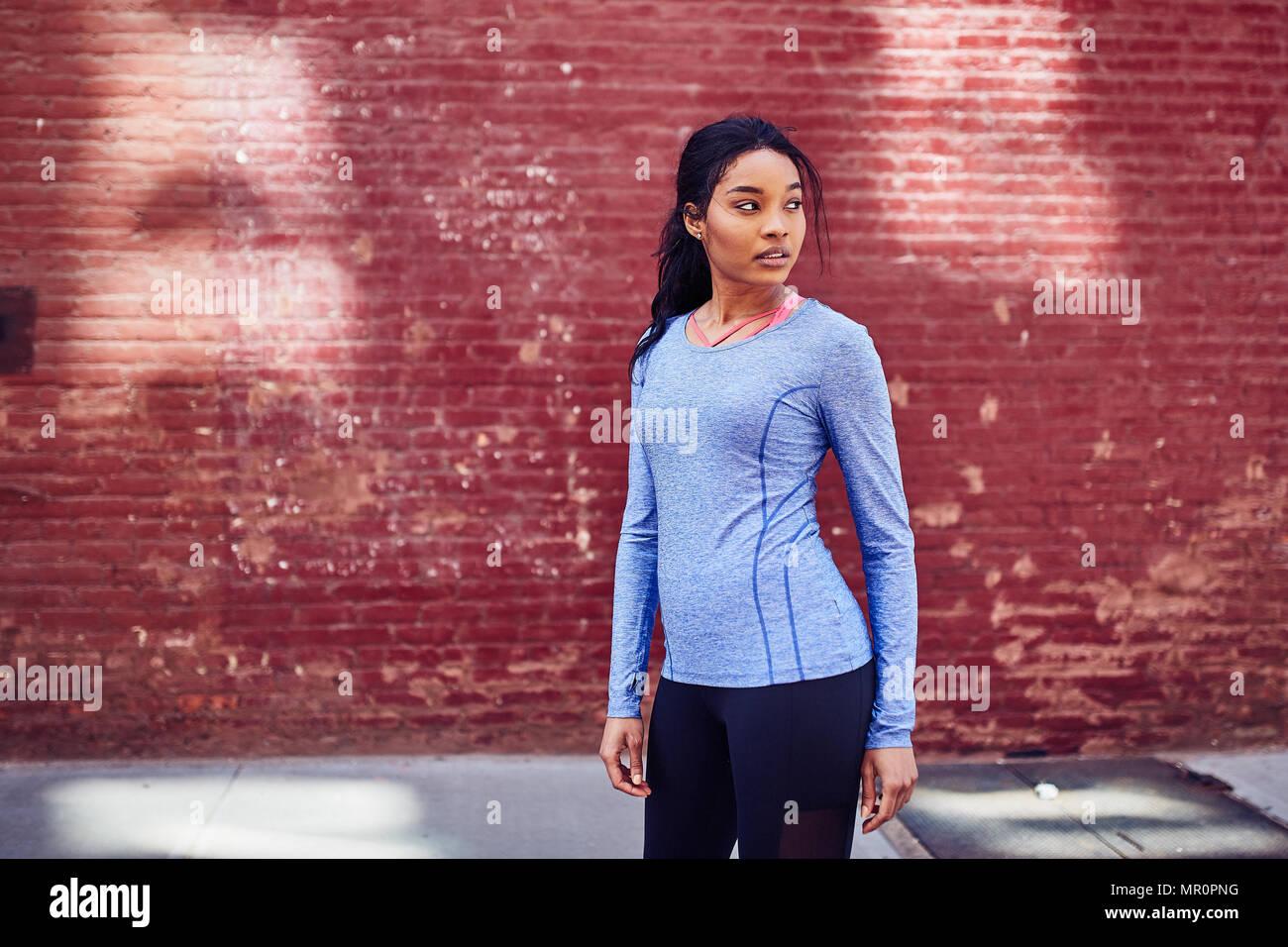 Schwarze Frau ruht nach dem Ausführen Stockbild