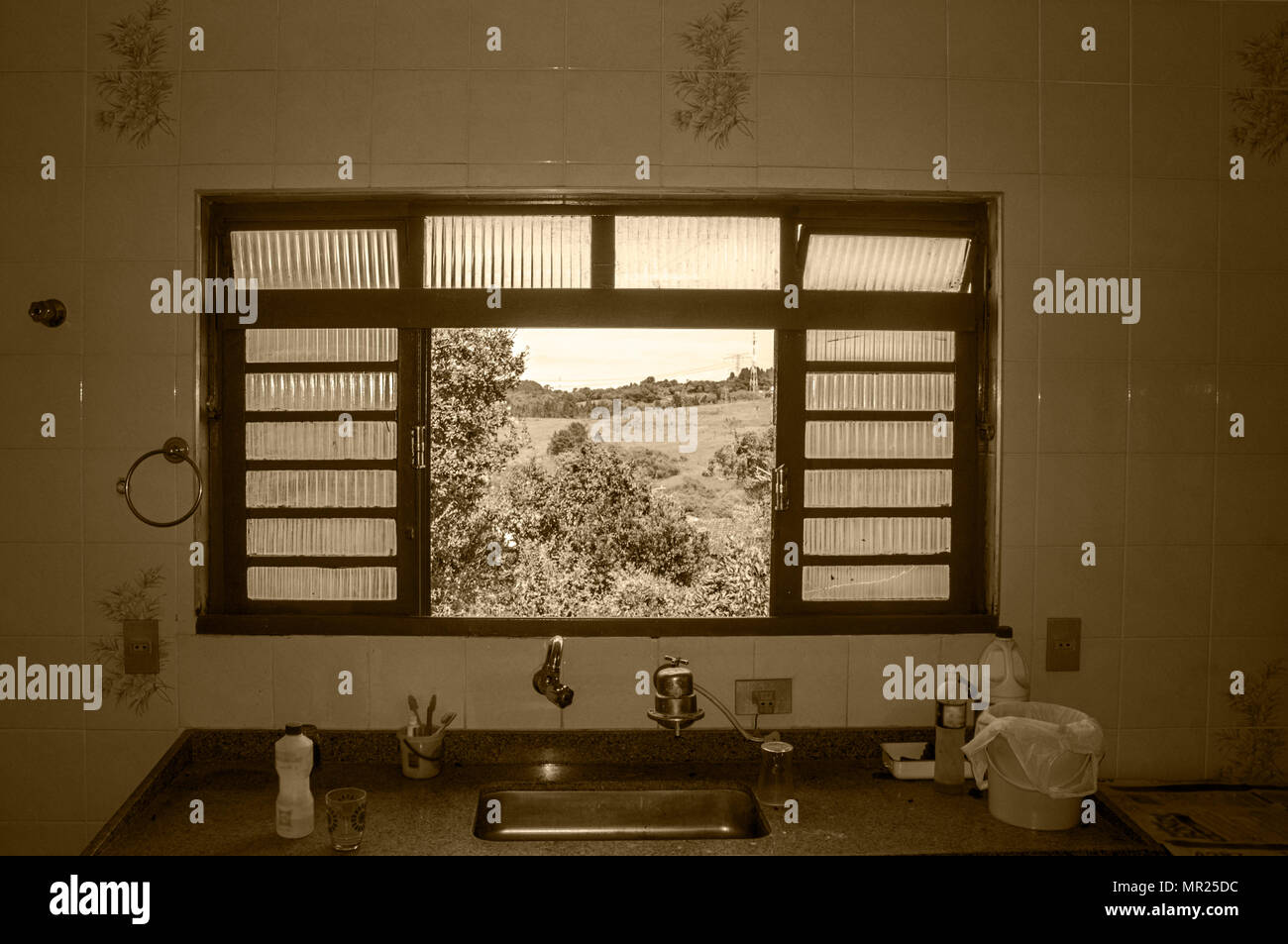 Öffnen Sie den Windows Fliesen wand Küche im Freien, sonnigen Tag ...