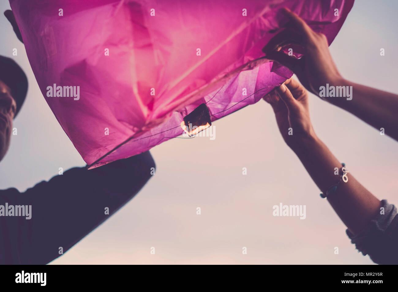 Rosa chinesische Laterne bereit zu fliegen Träume für ein nettes Paar von Mann und Frau für immer zusammen zu realisieren Stockbild
