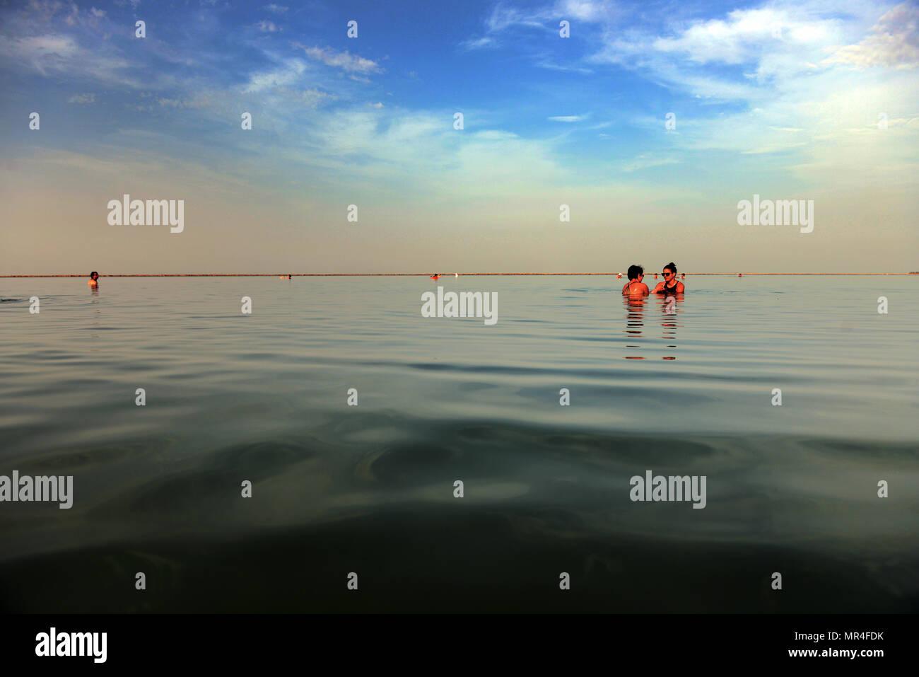 Einen entspannten Nachmittag im Toten Meer in Israel. Stockbild