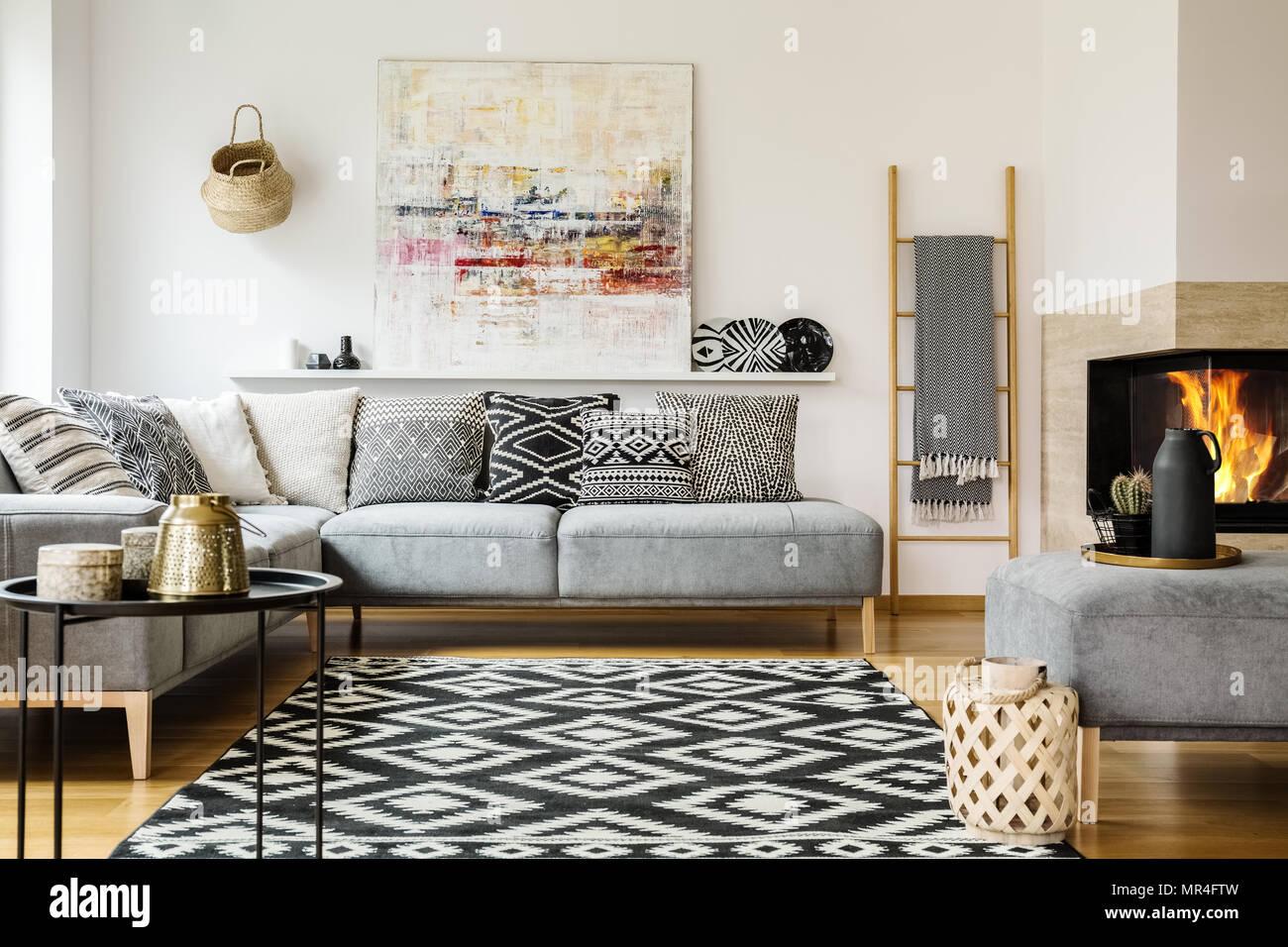 Gemusterten Teppich in der dekorativen Wohnzimmer Interieur mit ...