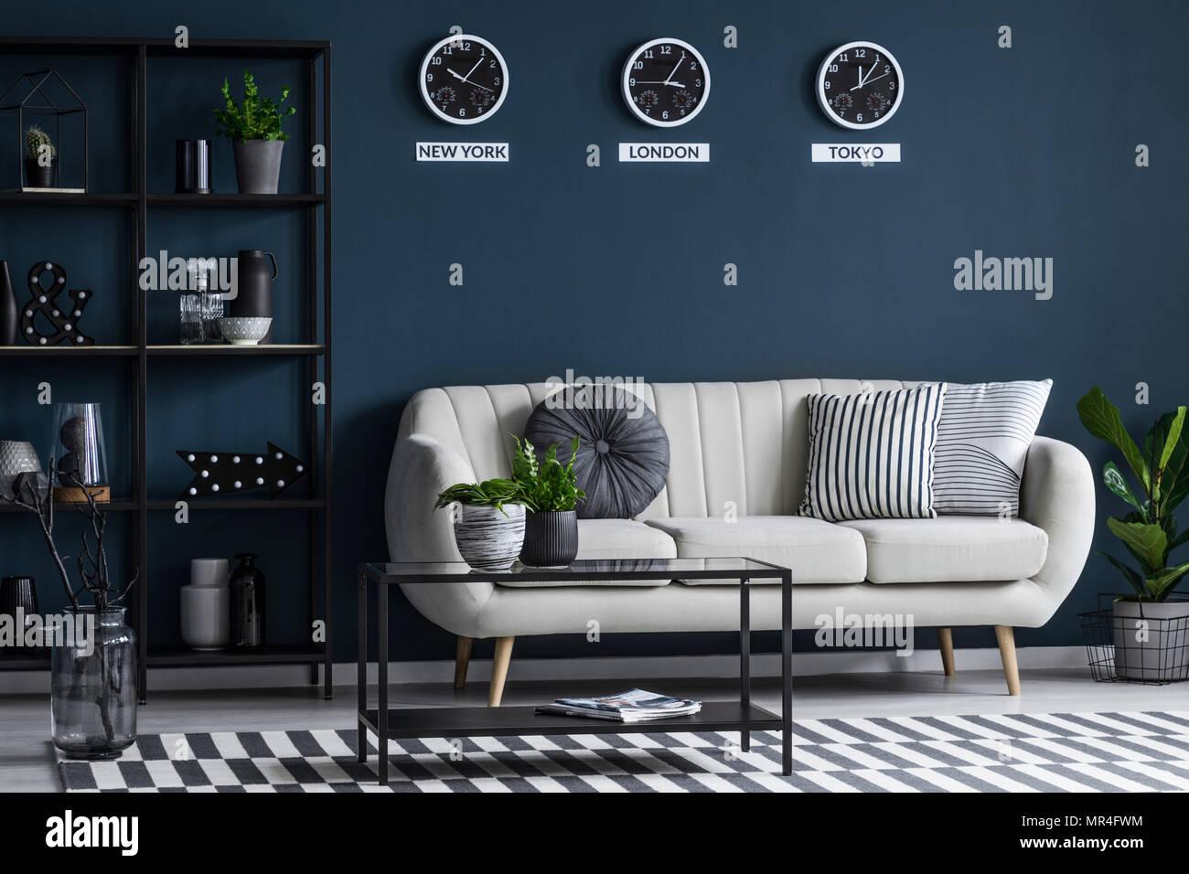 Schwarz Tisch In Der Nähe Beige Sofa Gegen Marine Blaue Wand Mit Uhren Im  Wohnzimmer Interieur Mit Anlage
