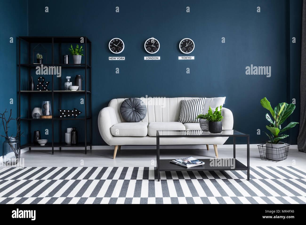 Gemusterten Teppich In Marine Blau Wohnzimmer Einrichtung Mit Schwarzen  Tisch Vor Beige Couch