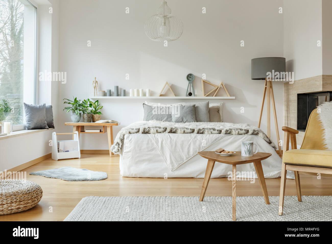 Holz Tisch Neben Einem Gelben Sessel In Gemutlichen Schlafzimmer