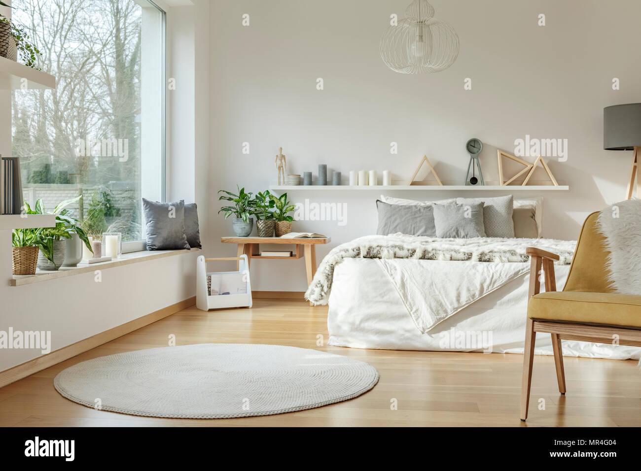 Weissen Runden Teppich Und Gelb Holz Sessel In Hellen Schlafzimmer Einrichtung Mit Pflanzen Und Fenster Stockfotografie Alamy