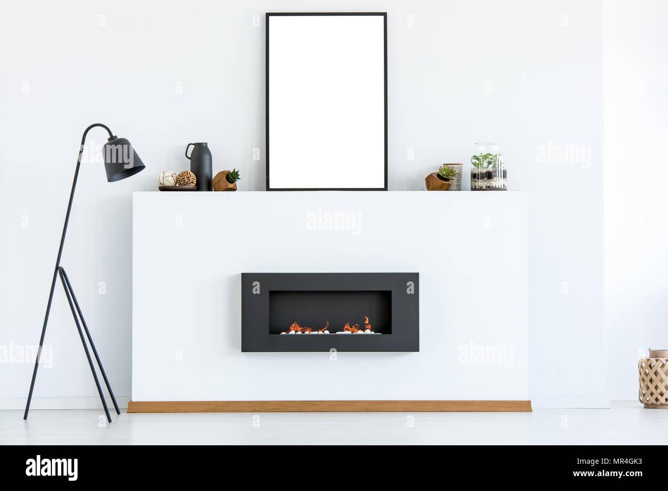 Schwarze Lampe Neben Dem Kamin In Weiss Scandi Wohnzimmer Interieur