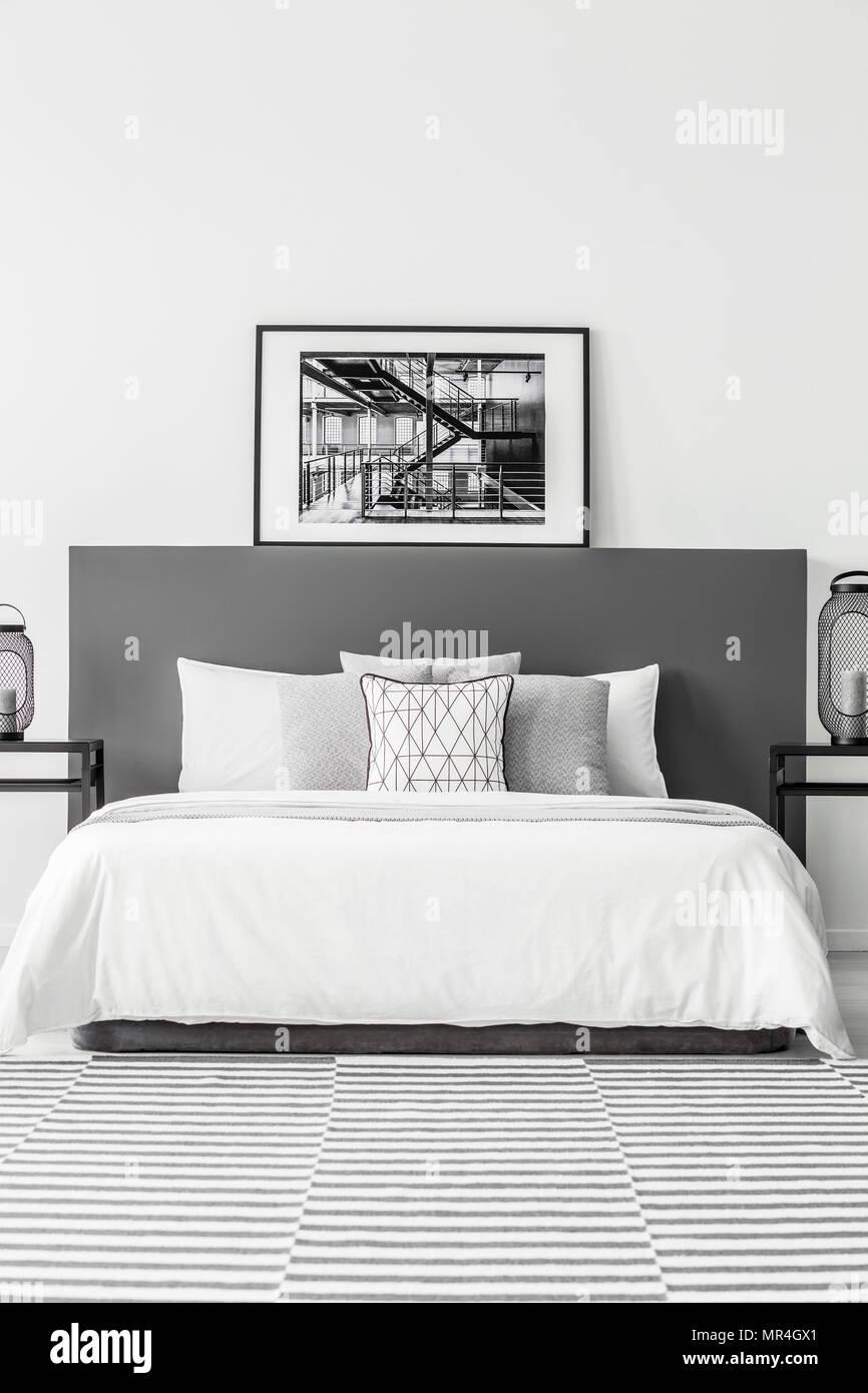Poster auf BEDHEAD der weißen Bett im minimal Hotel Schlafzimmer ...