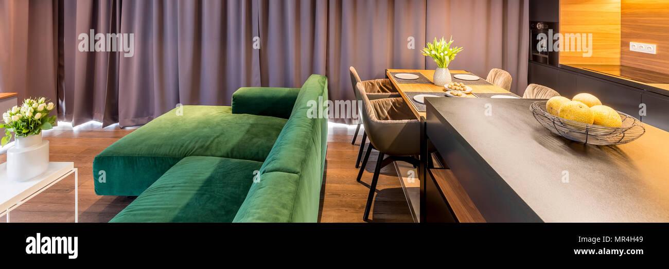 Kopfzeile Der Wohnzimmer Mit Sofa Küche Mit Esstisch Stühlen