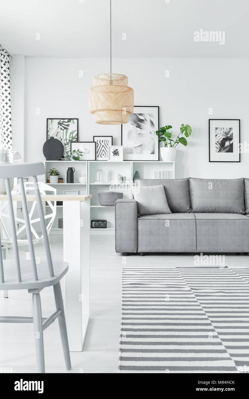 Kunst Sammlung in einem weißen Wohnzimmer mit Sofa, Stuhl und grau ...