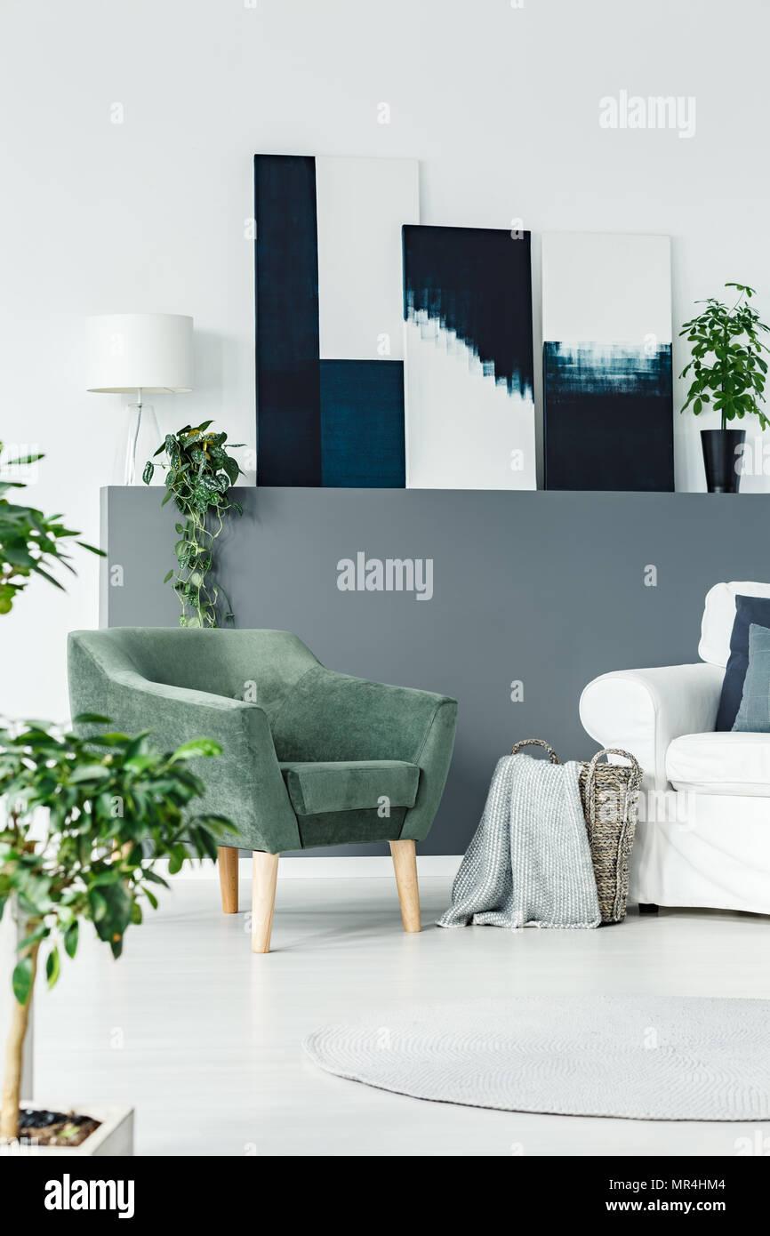 Grüne Sessel stehen in Weiß Wohnzimmer Interieur mit frischen ...