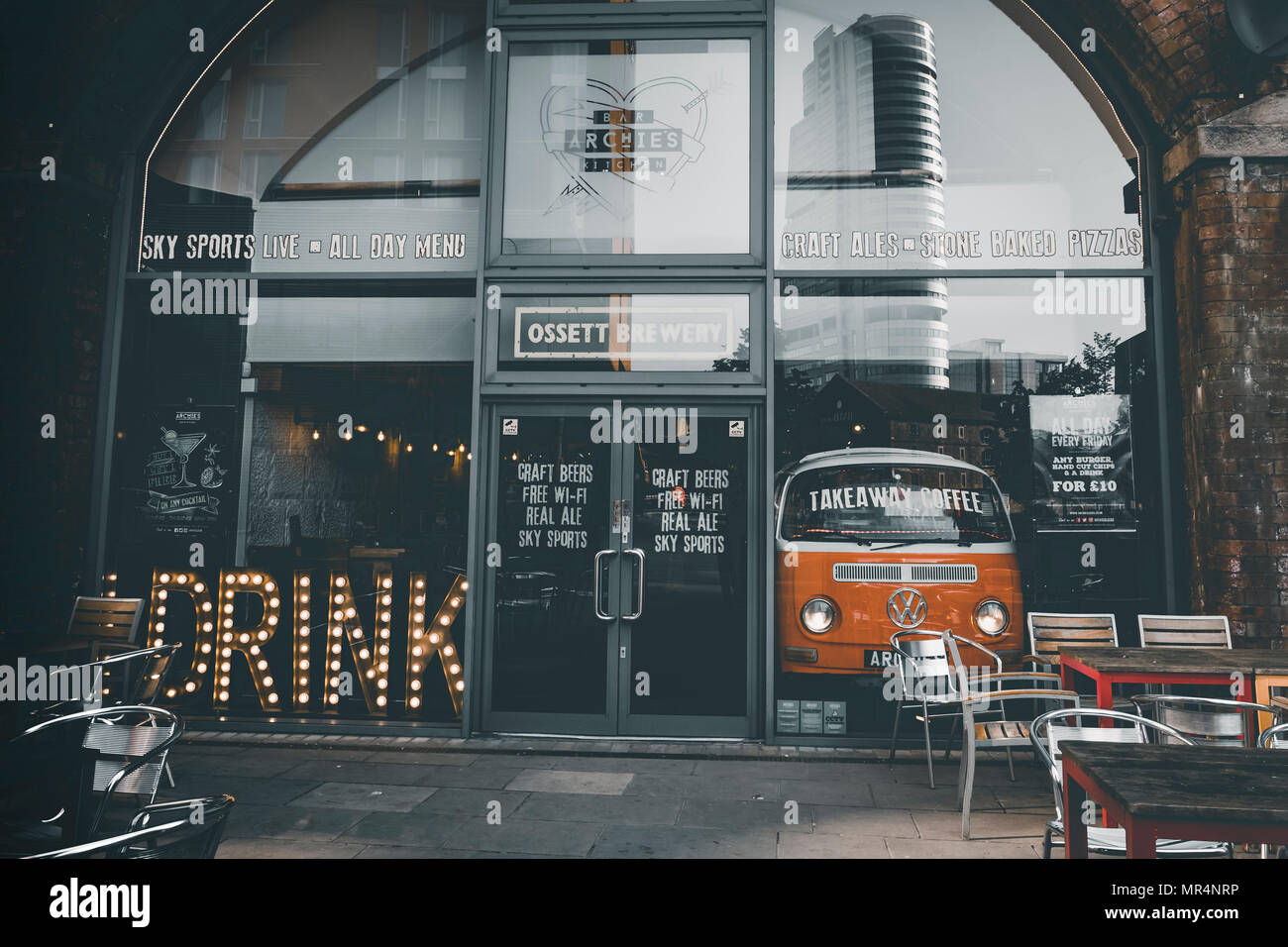Bar Für Küche   Archie S Bar Kuche Granary Wharf Leeds Stockfoto Bild