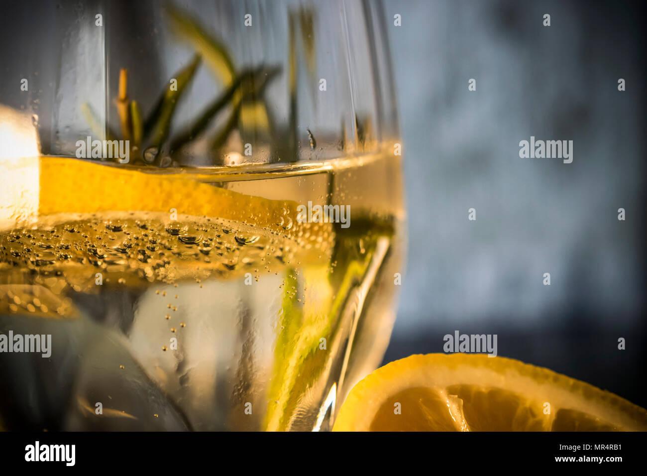 Nahaufnahme von einem Glas Tonic mit Zitrone und Rosmarin Stockbild