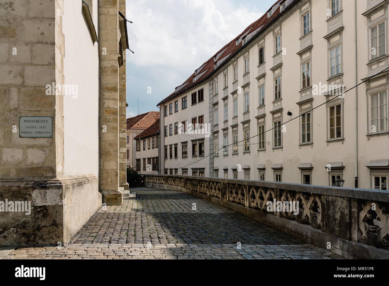 Straße im historischen Zentrum von Graz gegen den Himmel. Text: Privates Eigentum. Parken ist nicht erlaubt Stockbild